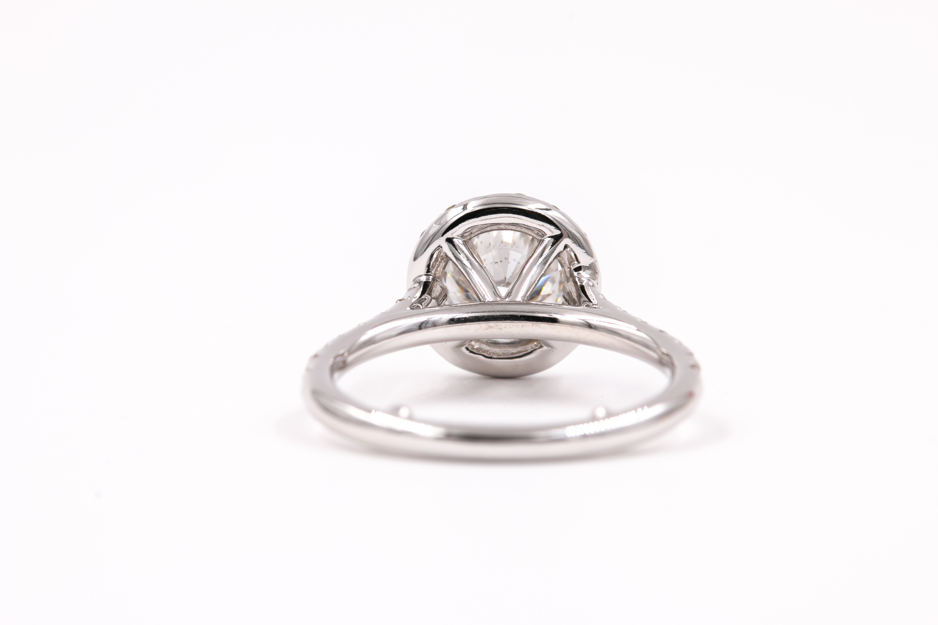 solitaire-halo-round-engagement-ring-diamonds-