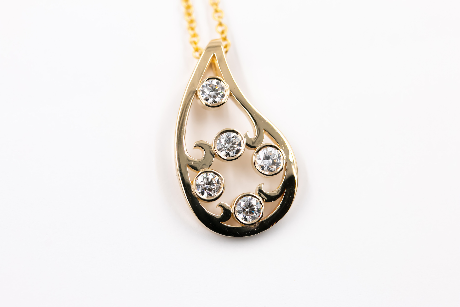 gold-diamond-pendant-necklace-jewelry-