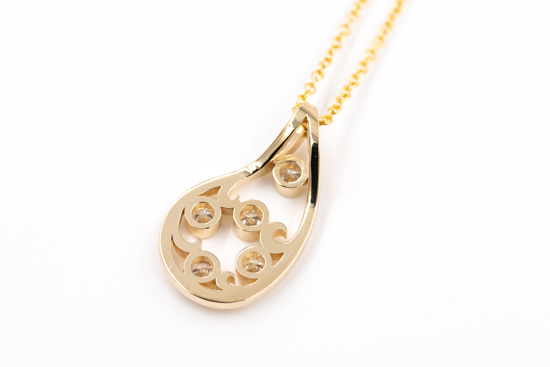 gold-diamond-pendant-necklace-jewelry-3
